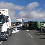 Espectacular accidente sin heridos de tres camiones en el km 129 de la A2