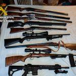 La Guardia Civil encuentra un arsenal de armas largas en Hontoba cuando iba a desmantelar una plantación de marihuana