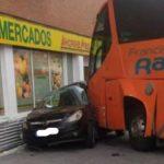 Un autobús escolar desbocado empotra un vehículo contra un supermercado en Azuqueca y milagrosamente solo hay dos heridos leves