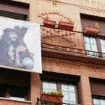 La Cofradía de la Pasión del Señor reparte 225 pancartas para que los vecinos las coloquen en los balcones esta Semana Santa que no hay procesiones