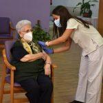 Tras ser el primer paciente de toda España que se vacunó en diciembre de 2020, Araceli Hidalgo, interna en la residencia Los Olmos, también es la primera persona de Castilla La Mancha a la que se le administra la tercera dosis de la vacuna contra la COVID