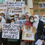 Decenas de personas se manifiestan a las puertas del Liceo Caracense para protestar contra la norma que prohíbe a las niñas entrar en clase con velo